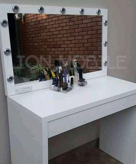 Mueble con espejo y luces